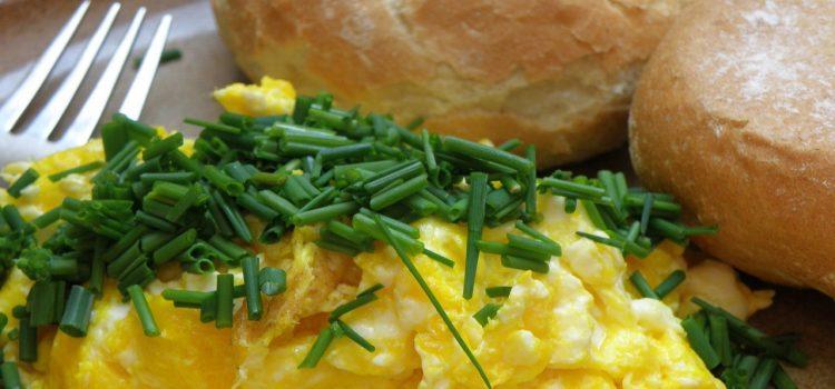 PRZEPIS: Bajgle z jajecznicą i boczkiem (przepis na 1 porcję)