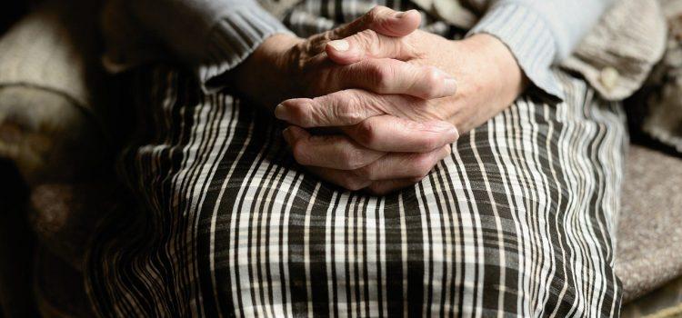 Rodzinna powinność kontra pół-praca – czy opieka nad seniorem to już zawód?