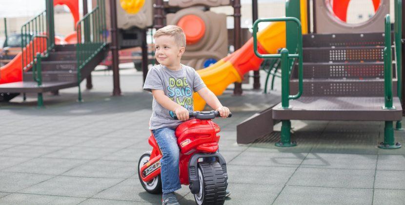 Jakie atrakcje w ogrodzie czekają na dzieci przez cały rok? Sprawdź drewniany plac zabaw